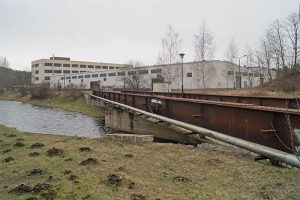 Von den VOMAG-Werken in Plauen ist nur diese Eisenbahnbrücke mit Bombentreffern übrig.