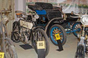 Polymobil Baujahr 1903, im Vordergrund Phänomen-Motorrad Baujahr 1907