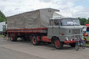 W 50 Sattelzugmaschine mit Auflieger für 10t Nutzlast hier mit verlängerter Kabine für den (behelfsmäßigen) Fernverkehrs-Einsatz